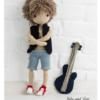 Lala Aleks, chłopiec z gitarą to wzór na lalę - chłopaka na szydełku, dostępny na stronie Lulu and Tete, w technice amigurumi, do wykonania w domu, schemat ze zdjęcia pochodzi z książki Szydełkowe lale proste i śliczne - 15 projektów amigurumi
