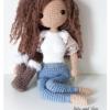 Lala Ella to wzór na lalę na szydełku, dostępny na stronie Lulu and Tete, w technice amigurumi, do wykonania w domu, schemat ze zdjęcia pochodzi z książki Szydełkowe lale proste i śliczne - 15 projektów amigurumi