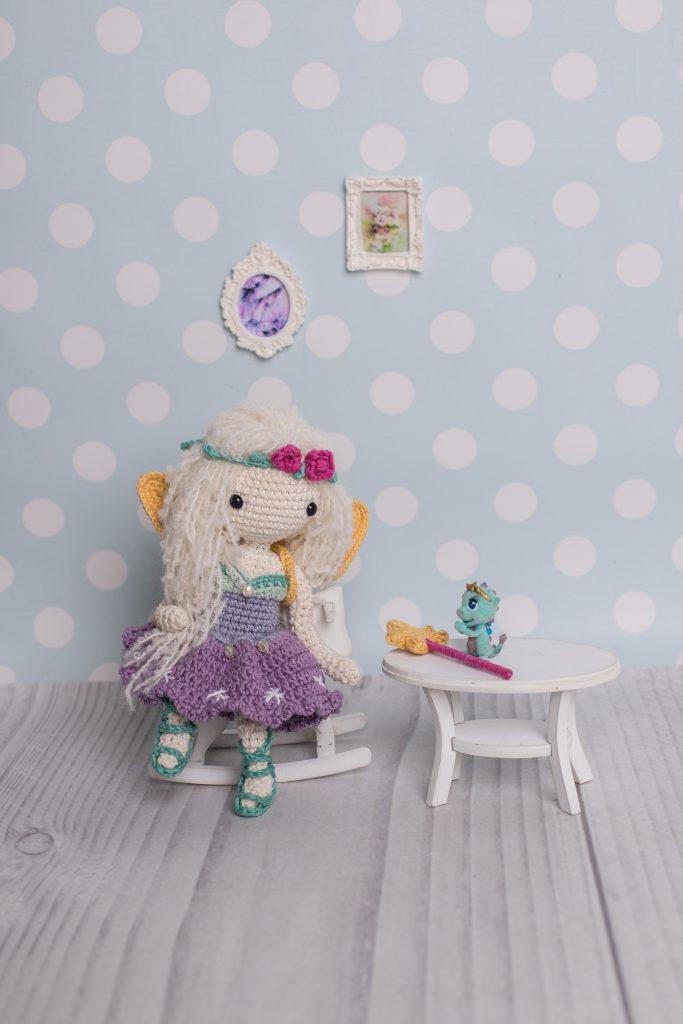 Wróżka Lenka - prosta lala zrobiona na szydełku według wzoru krok po kroku Lulu and Tete, techniką amigurumi. Lalka jest dostępna w książce ze wzorami na szydełko: Szydełkowe Lale proste i śliczne - 15 projektów amigurumi