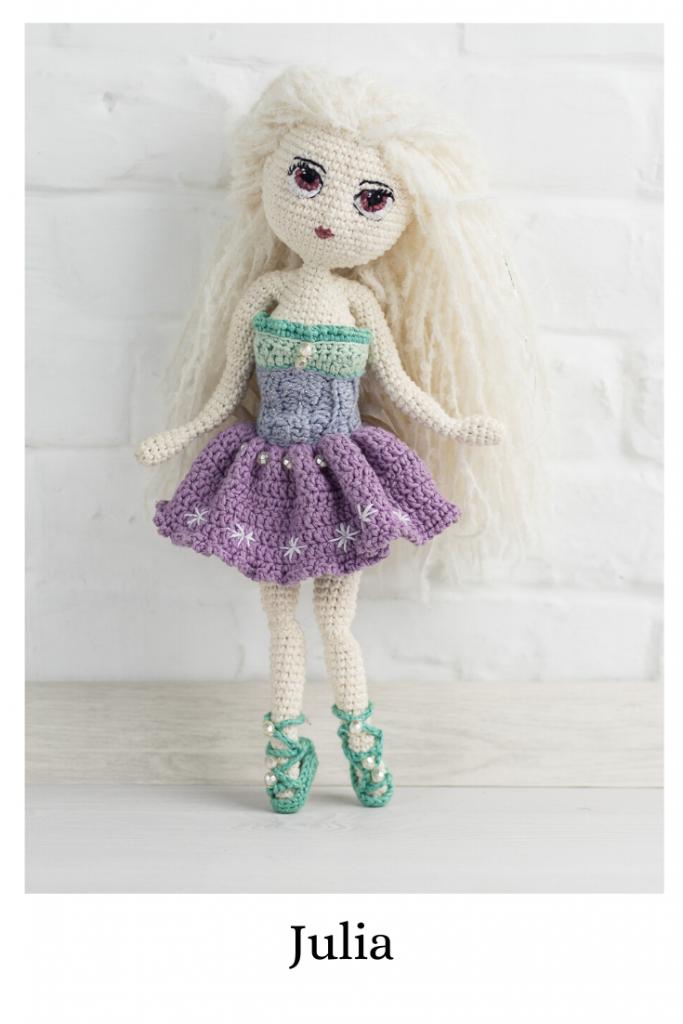 Wzór na lalę Julia na szydełko - schemat amigurumi, zawiera opis krok po kroku wykonania lali z wieloma dodatkami - sukienka, modne ubranko letnie, sandały i szpilki, realistyczna lala z drucianym stelażem