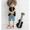 Wzór na lalę na szydełko - schemat amigurumi - jak zrobić pierwszą lalę, zawiera opis krok po kroku wykonania chłopca Aleksa z gitarą i jego ubranek, realistyczna lala z drucianym stelażem. Wzór pochodzi z książki Szydełkowe lale zawierającej schematy po polsku na szydełko amigurumi.