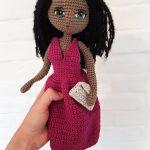 Wzór na lalę na szydełko - schemat amigurumi -, zawiera opis krok po kroku wykonania lali Ania, miss Lata, z wieloma dodatkami - jednorożcem, sukienkami, sandałami