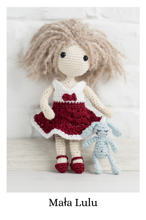 Mała Lulu - prosta lala zrobiona na szydełku według wzoru Lulu and Tete, techniką amigurumi. Schemat pochodzi z książki ze wzorami po polsku Szydełkowe Lale proste i śliczne! 15 projektów amigurumi
