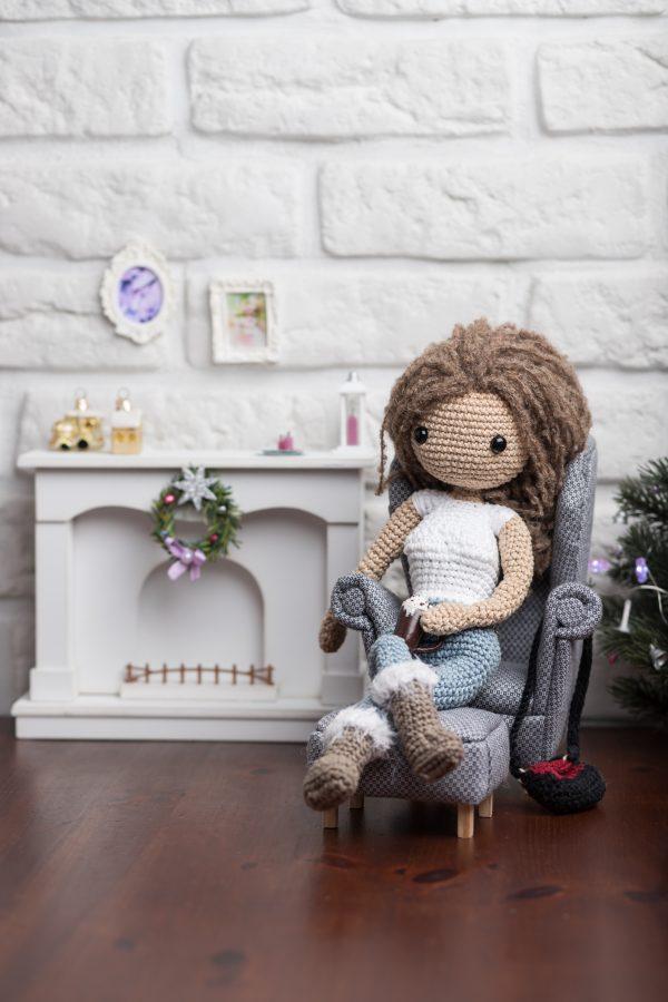 Lalka Ella - prosta lala zrobiona na szydełku według wzoru Lulu and Tete, techniką amigurumi. Schemat pochodzi z książki ze wzorami po polsku Szydełkowe Lale proste i śliczne! 15 projektów amigurumi