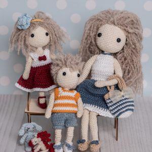Lale na szydełku: mała Lulu, mały Tete, króliczek i konik pony, wraz ze swoją szydełkową mamą Emilią, lalą w sukience