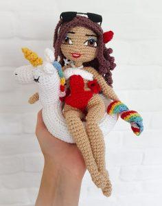 Wzór na lalę na szydełko - schemat amigurumi - jak zrobić pierwszą lalę, zawiera opis krok po kroku wykonania lali Ania, miss Lata, z wieloma dodatkami - jednorożcem, sukienkami, sandałami