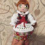 Lalka na szydełku - amigurumi według wzoru Lulu and Tete - Krakowianka - z dokładnym opisem jak wykonać haft