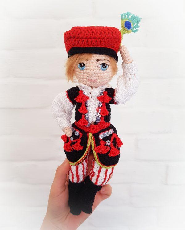 Tomek Krakowiaczek - chłopiec (lala) na szydełku wykonany metodą amigurumi, w tradycyjnych stronach ludowych (polski folk), haftowanych