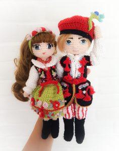 Tomek Krakowiaczek - chłopiec (lala) na szydełku oraz Hanusia Krakowianka (lalka dziewczyna) na szydełku wykonani metodą amigurumi, w tradycyjnych stronach ludowych (polski folk), haftowanych