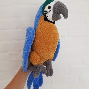 Kolorowa papuga ara zrobiona na szydełku według wzoru Lulu and Tete - wzór na szydełko amigurumi