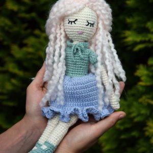Lala miękka, bez druta, zrobiona na szydełku, metodą amigurumi, z zamkniętymi oczami i włóczkowymi, różowymi kręconymi włosami, w sukience