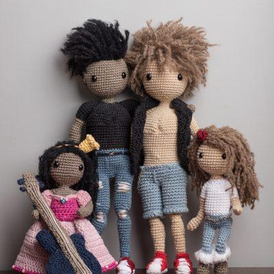 Chłopiec Aleks z gitarą i Niegrzeczny Maks oraz mała Alicja księżniczka i mała Ella - lale wykonane na szydełku